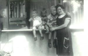 Cor Henk en Koos met een ijsje bij moeder